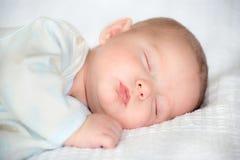 Sommeil infantile de bébé garçon Photo libre de droits