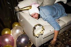 Sommeil ivre d'homme sur un sofa Photos libres de droits