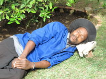 Sommeil noir d'ouvrier de jardin Photographie stock libre de droits