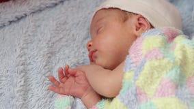 Sommeil nouveau-né dans la huche banque de vidéos