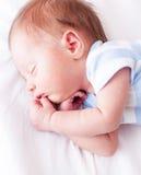 Sommeil nouveau-né de bébé Photo stock