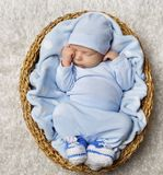 Sommeil nouveau-né de bébé dans le panier, enfant nouveau-né dormant dans le bleu Photo stock