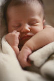 Sommeil nouveau-né de chéri image stock