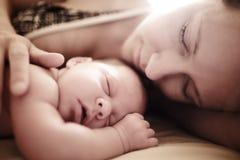 Sommeil nouveau-né de chéri Photos libres de droits