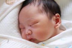 Sommeil nouveau-né de chéri Image libre de droits