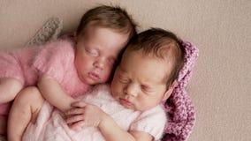 Sommeil nouveau-né de deux jumeaux photos stock