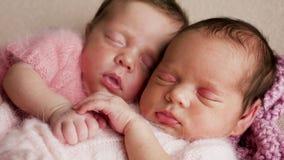 Sommeil nouveau-né de deux jumeaux photos libres de droits