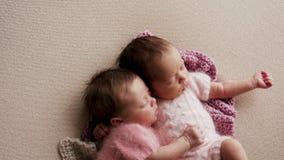 Sommeil nouveau-né de deux jumeaux image libre de droits