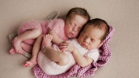 Sommeil nouveau-né de deux jumeaux images libres de droits