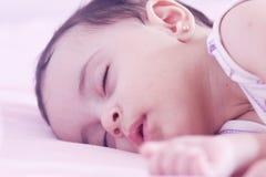 Sommeil nouveau-né de fille Photo libre de droits