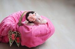 Sommeil nouveau-né Plan rapproché infantile de bébé se trouvant sur la couverture rose dans le panier décoré du coeur en bois Photo libre de droits