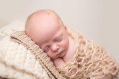 Sommeil nouveau-né sur la chaise images libres de droits