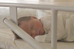 Sommeil nouveau-n? adorable de b?b? Sommeil de gar?on de peu de jours dans le lit dans l'h?pital de maternit? image stock