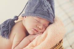 Sommeil sain de l'enfant nouveau-né heureux image libre de droits