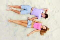 Sommeil sur la plage Image libre de droits