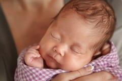 Sommeil tendre de bébé nouveau-né sur la couverture de couturier de laine Soin humain pur d'humanité de foi d'amour de valeur Photographie stock