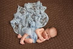 Sommeil tendre de bébé nouveau-né sur la couverture de couturier de laine Soin humain pur d'humanité de foi d'amour de valeur Images stock