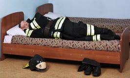 Sommeils de sapeur-pompier images libres de droits