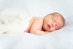 Sommeils nouveau-nés mignons de chéri images libres de droits