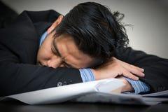 Sommeils surchargés fatigués d'homme d'affaires Images stock