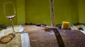 Sommelier που επιλέγει το κόκκινο κρασί με το σιφώνιο απόθεμα βίντεο