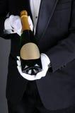 Sommelier που παρουσιάζει το μπουκάλι CHAMPAGNE στοκ φωτογραφίες