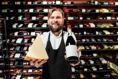 Sommelier avec du fromage et le vin Photo libre de droits