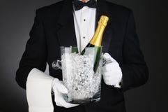 Sommelier avec le seau à glace de Champagne Image stock