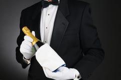 Sommelier com frasco de Champagne Fotografia de Stock Royalty Free