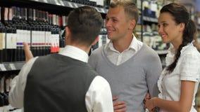 Sommelier daje kupującym rekomendaci zbiory