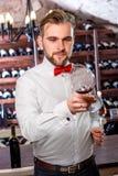 Sommelier in de wijnkelder Royalty-vrije Stock Foto's
