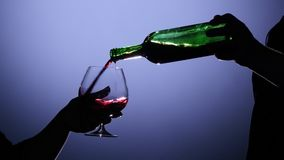 Sommelier, der Rotwein Intiglas gießt Rückseitige Leuchte stock video footage