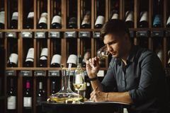 Sommelier die witte die wijn degustating in glas wordt gegoten Royalty-vrije Stock Foto