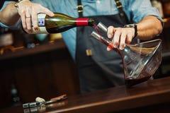 Sommelier dolewania czerwone wino w karafkę robić perfect kolorowi Zdjęcie Stock
