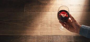 Sommelier goûtant l'excellent vin rouge photos libres de droits