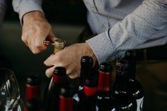 Sommelier het openen wijnfles in de wijnkelder Stock Foto's