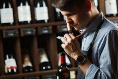 Sommelier het ruiken aroma van cork van rode wijn stock afbeelding