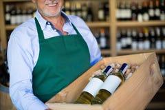 Sommelier i vinlager Royaltyfria Foton
