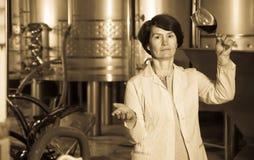 Sommelier kobieta na wytwórnii win Zdjęcie Stock
