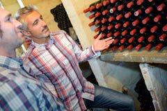 Sommelier montrant le vin de bouteille Photo stock