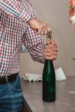 Sommelier Opening una bottiglia di vino con la cavaturaccioli in una barra immagini stock libere da diritti