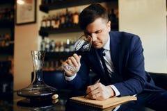 Sommelier profesional joven que realiza una prueba en el gusto, súplica del vino imagen de archivo libre de regalías