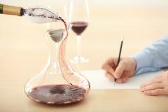 Sommelier que estima el vino rojo foto de archivo