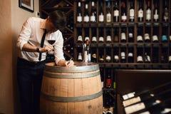 Sommelier que faz anotações ao beber o vinho foto de stock royalty free