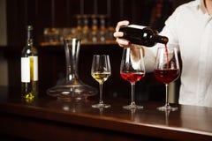 Sommelier que vierte diversos tipos de vino fino foto de archivo