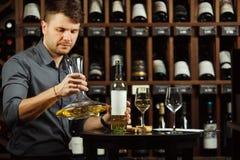 Sommelieren dekanterar vin i karaff Royaltyfri Fotografi