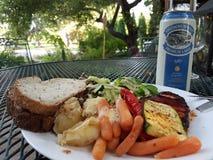 Sommer-Abendessen mit Creemore Stockfotos