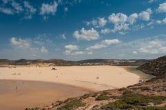 Sommer in Algarve-Küste, Portugal Felsen in der Küstenlinie und im blauen Wasser Lizenzfreies Stockfoto