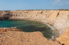 Sommer in Algarve-Küste, Portugal Felsen in der Küstenlinie und im blauen Wasser Lizenzfreie Stockfotografie
