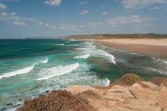 Sommer in Algarve-Küste, Portugal Felsen in der Küstenlinie und im blauen Wasser Stockbild